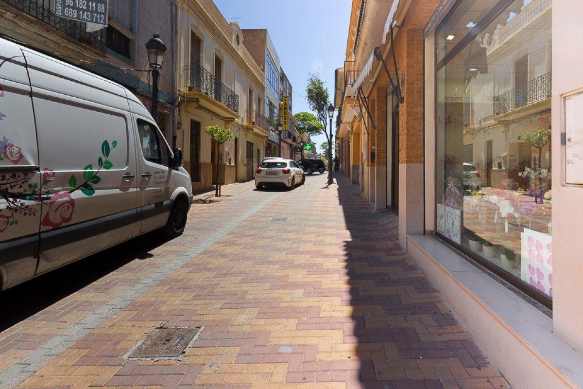 Piso grande con buenas calidades en calle peatonal. Un piso por planta