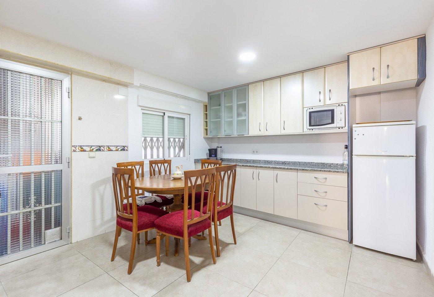 Piso de 2 dormitorios (3 de origen), en pleno centro de Benidorm. A 500 metros de la playa. 23