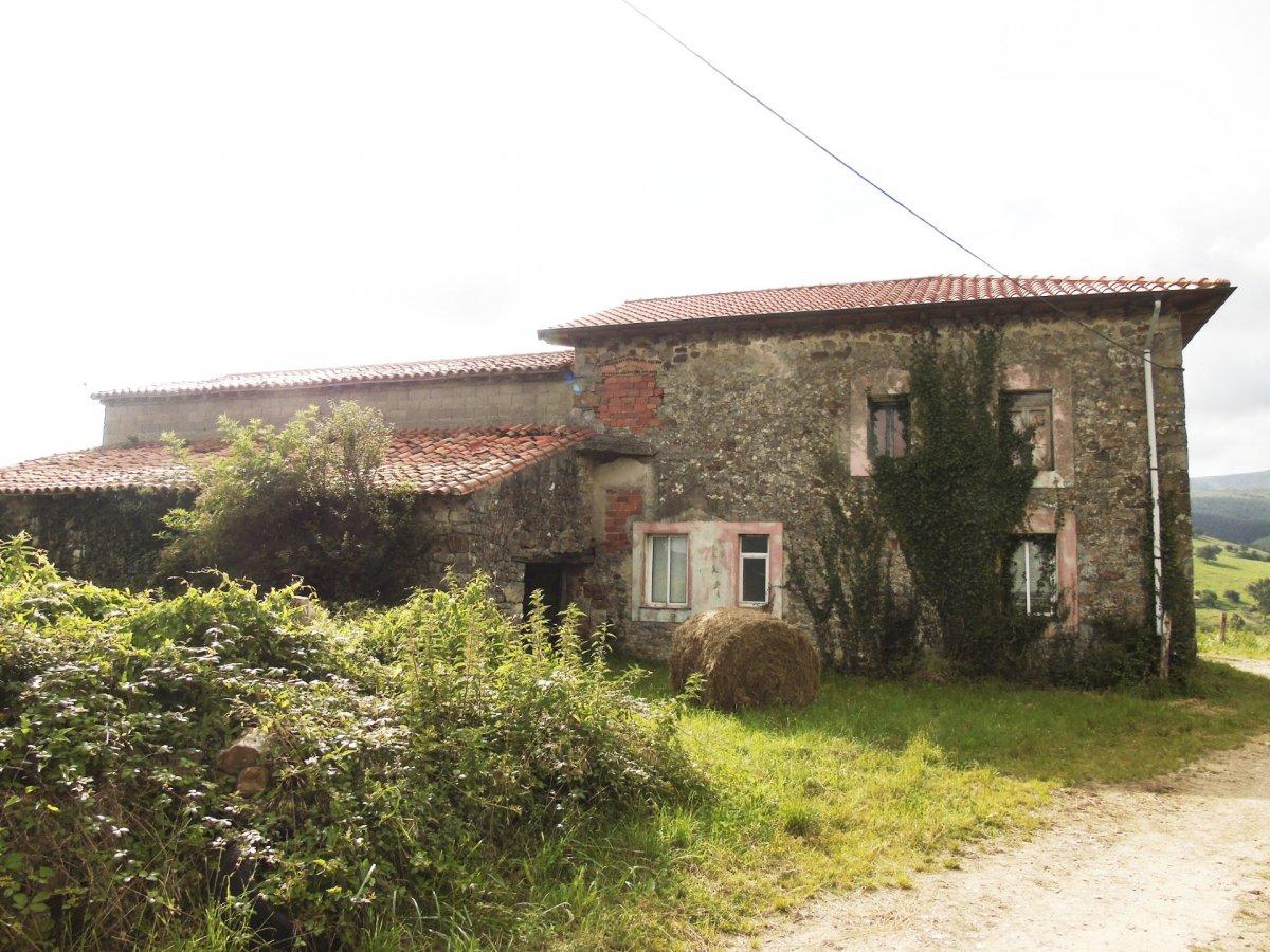 Casa en venta en Penagos  de 3 Habitaciones, 1 Baño y 216 m2 por 126.000 €.