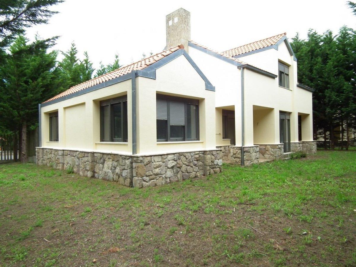 Adosado en venta en Hazas De Cesto  de 4 Habitaciones, 3 Baños y 256 m2 por 150.000 €.