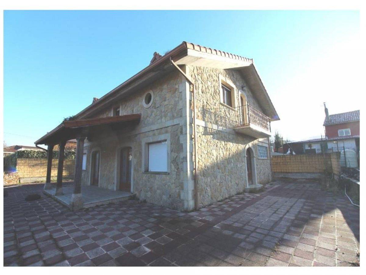 Casa en venta en Hazas De Cesto  de 5 Habitaciones, 3 Baños y 214 m2 por 205.200 €.