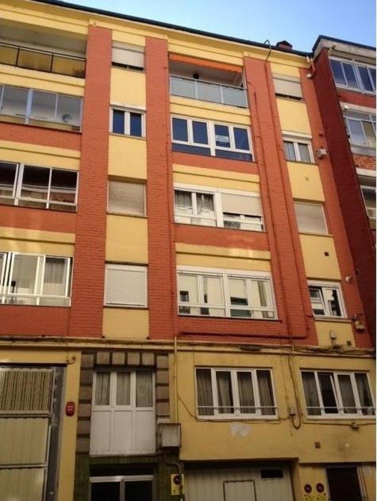 Piso en venta en Torrelavega  de 3 Habitaciones, 1 Baño y 114 m2 por 60.500 €.