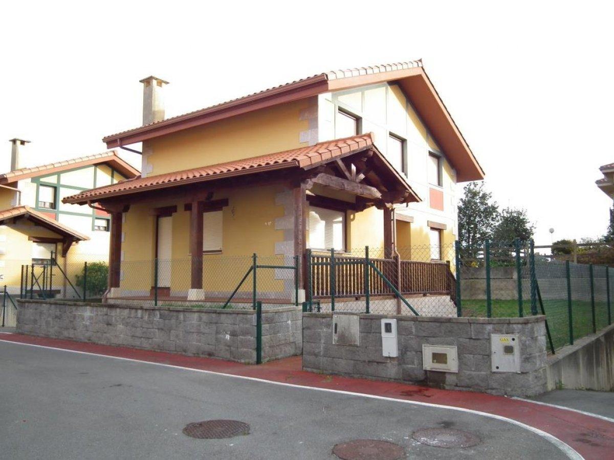 Casa en venta en Cobreces  de 4 Habitaciones, 3 Baños y 221 m2 por 239.000 €.
