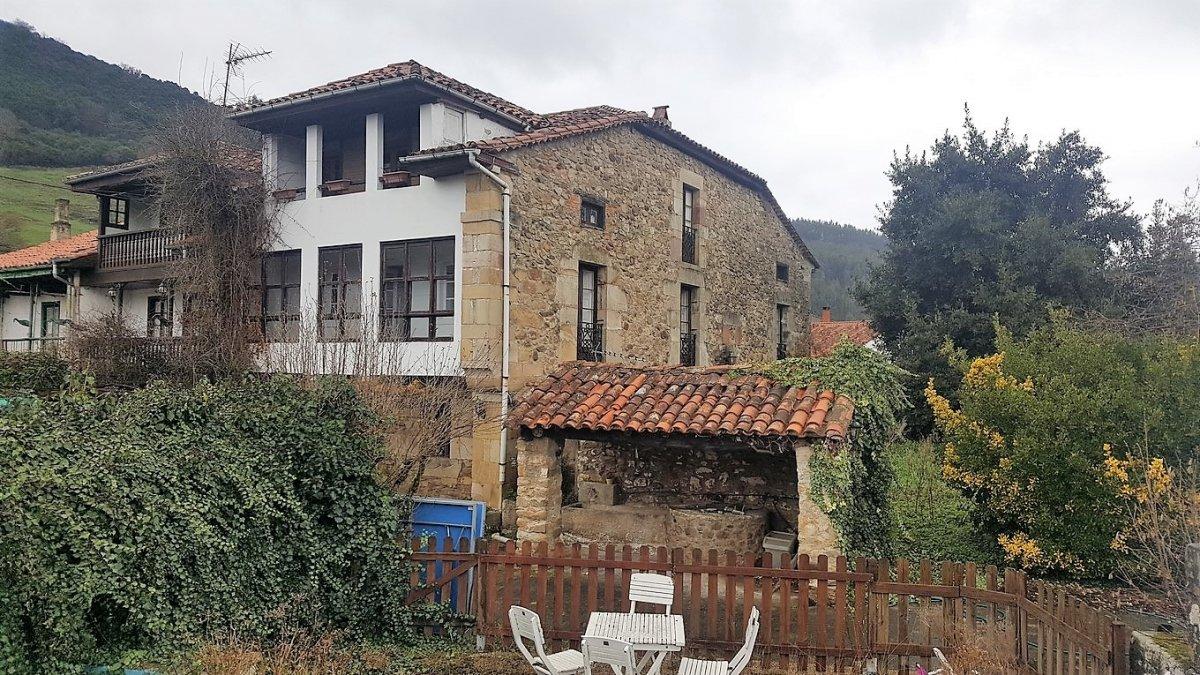 Casa de piedra en venta en Corvera De Toranzo  de 6 Habitaciones, 3 Baños y 320 m2 por 140.000 €.