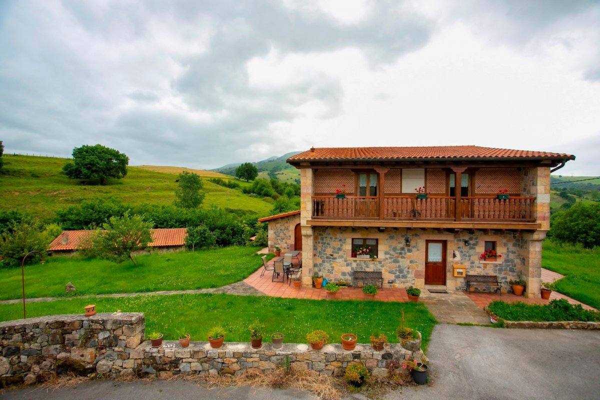 Inmueble singular en venta en Villafufre  de 16 Habitaciones, 15 Baños y 661 m2 por 900.000 €.