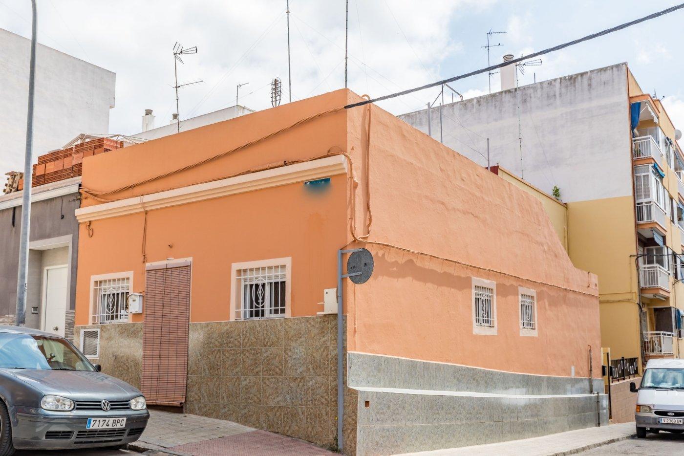 Casa de pueblo con patio y terraza