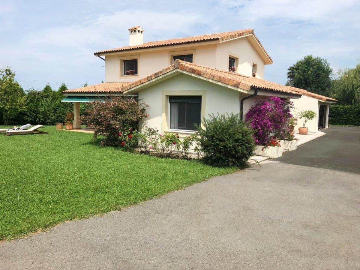 Casa en venta en Carriazo  de 4 Habitaciones, 3 Baños y 240 m2 por 675.000 €.