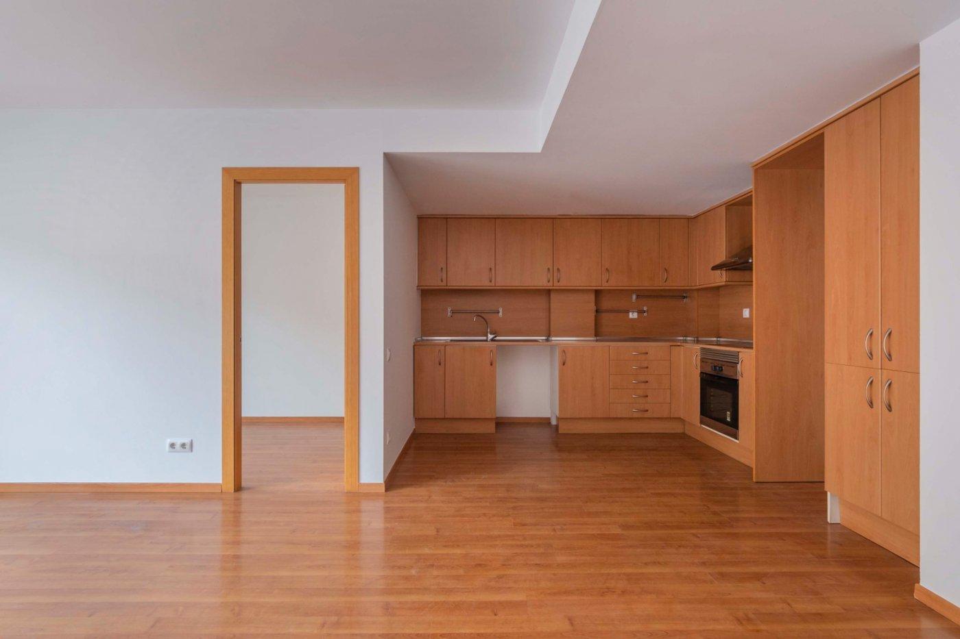 Piso con 2 habitaciones y box opcional.