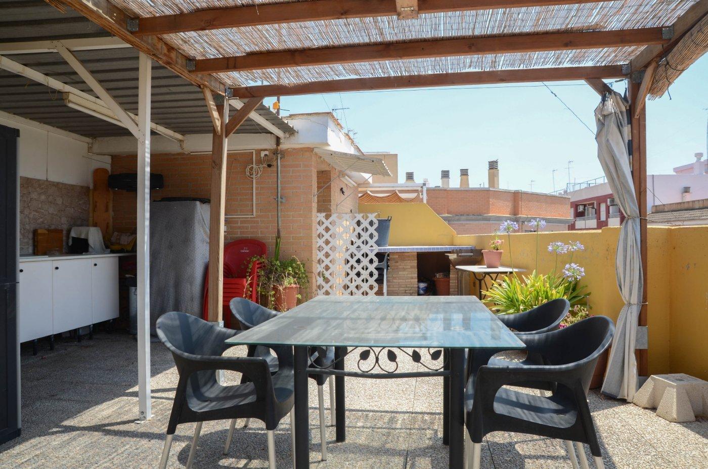 ¿Quieres reunirte con familia y amigos, en una terraza amplia?