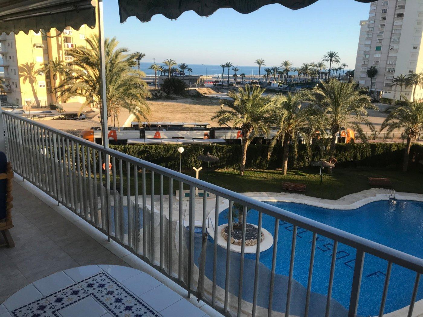 Primera línea, gran terraza y vistas al mar!