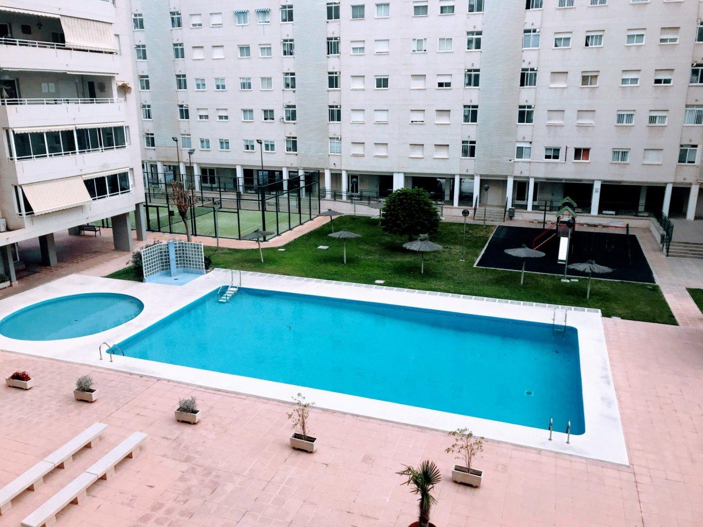 Amplio piso en Miriam blasco con urbanización