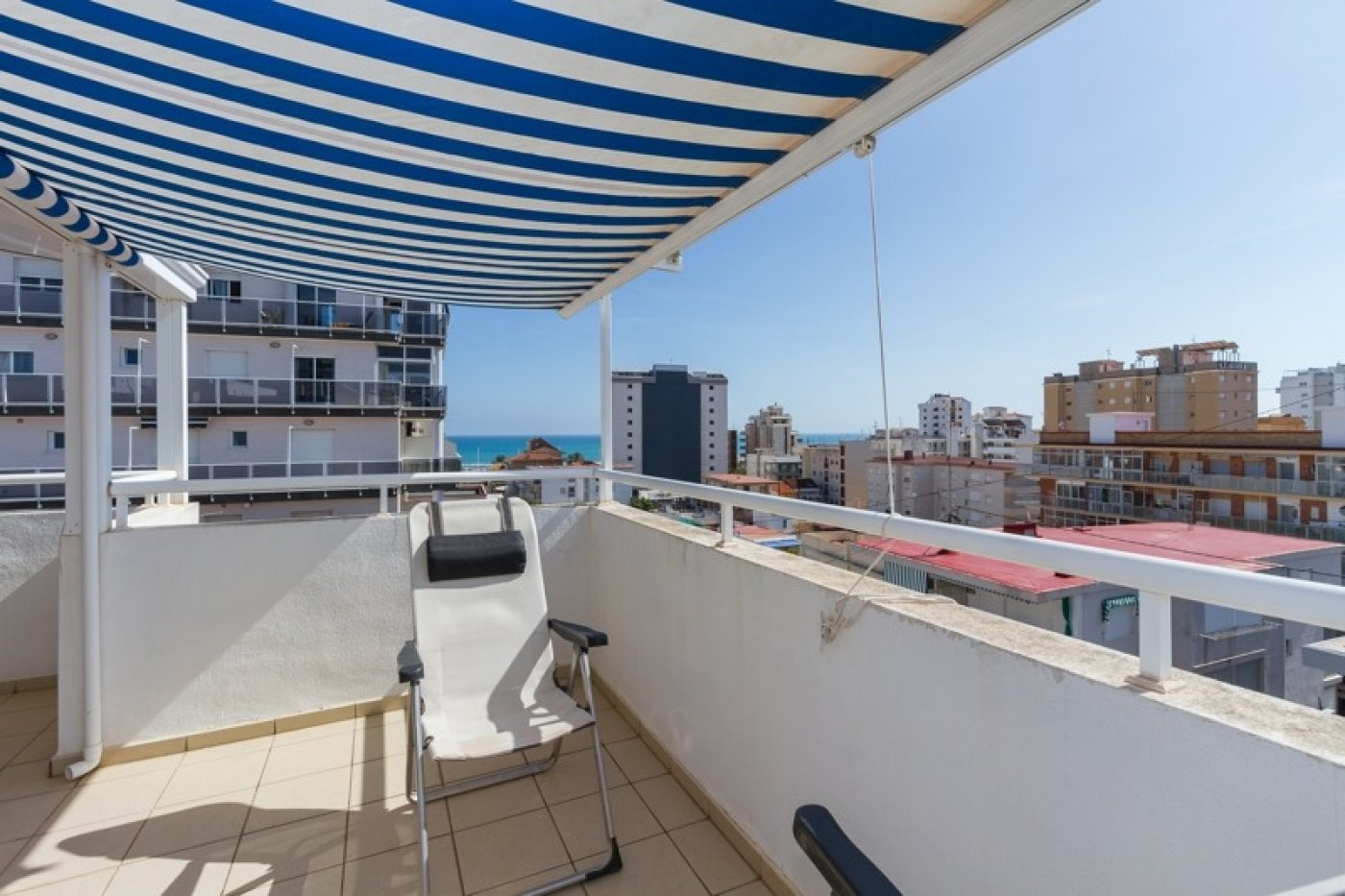 Atico con un espectacular terraza para disfrutar todo el aÑo a dos minutos del mar - imagenInmueble24