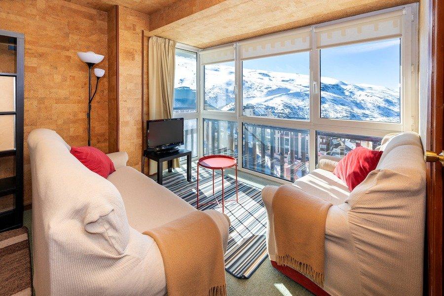 El apartamento perfecto en sierra nevada. parada de la silla en la puerta