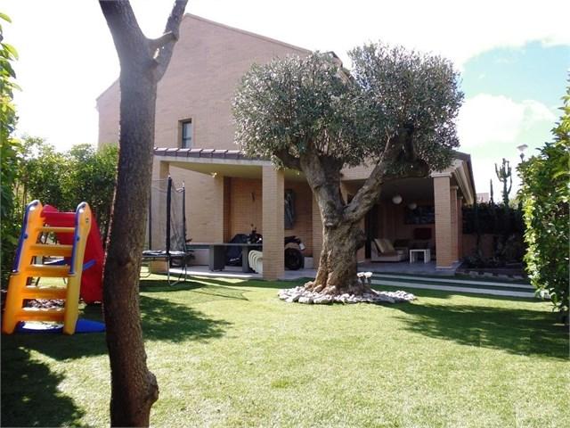 Casa Pareada Esquinera con amplia parcela ubicada en residencial cerrado 2