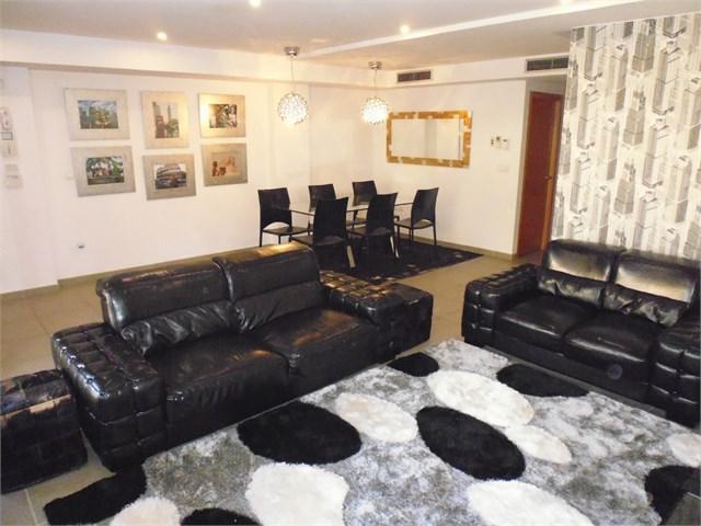Casa Pareada Esquinera con amplia parcela ubicada en residencial cerrado 4