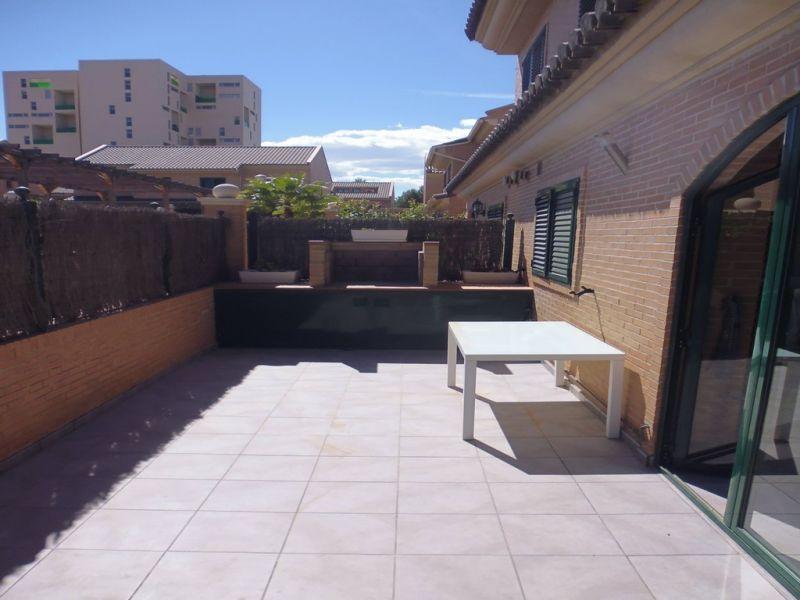 Casa Pareada Esquinera con amplia parcela ubicada en residencial cerrado 6