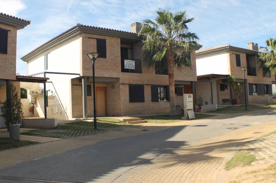 Casa Pareada ubicada en Residencial Privado con excelente zona común