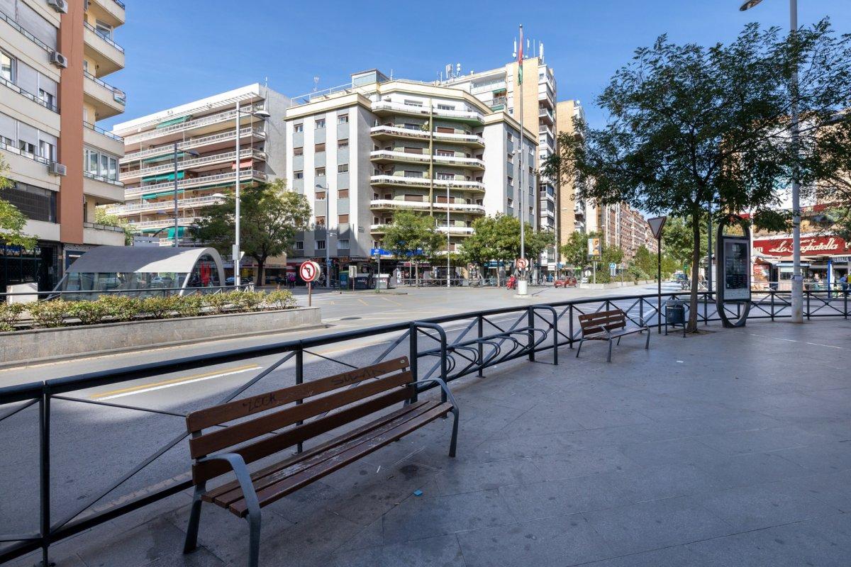 Pisazo junto parada de metro de Recogidas., Granada