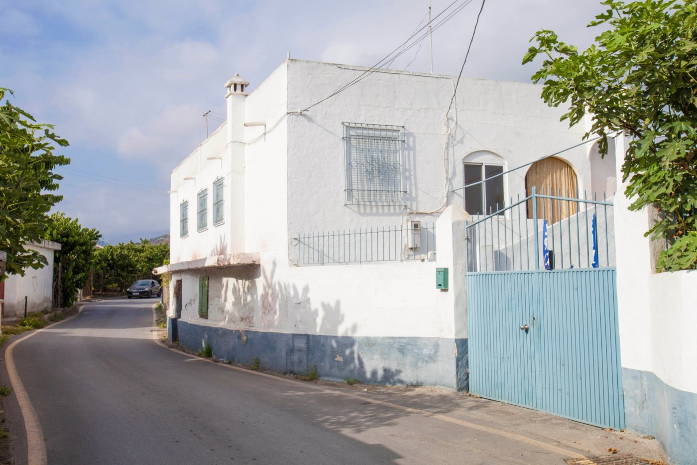 Casa rustica y solar urbano.