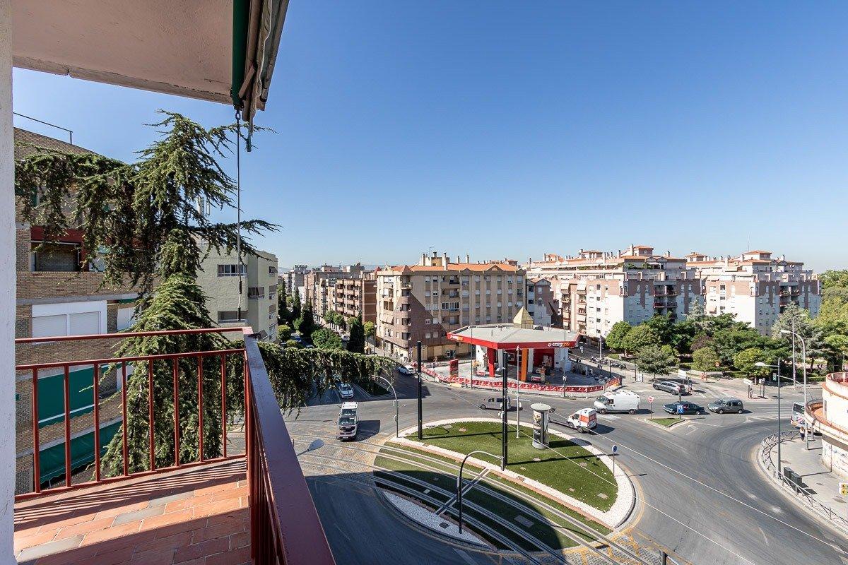 Gran piso de tres dor. con vistas despejadas haciendo esquina. metro en la puerta., Granada
