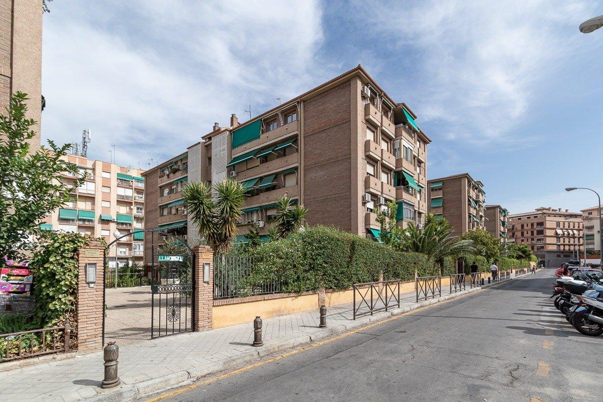 Gran piso con 4 dormitorios, garaje, urbanización y piscina, Granada