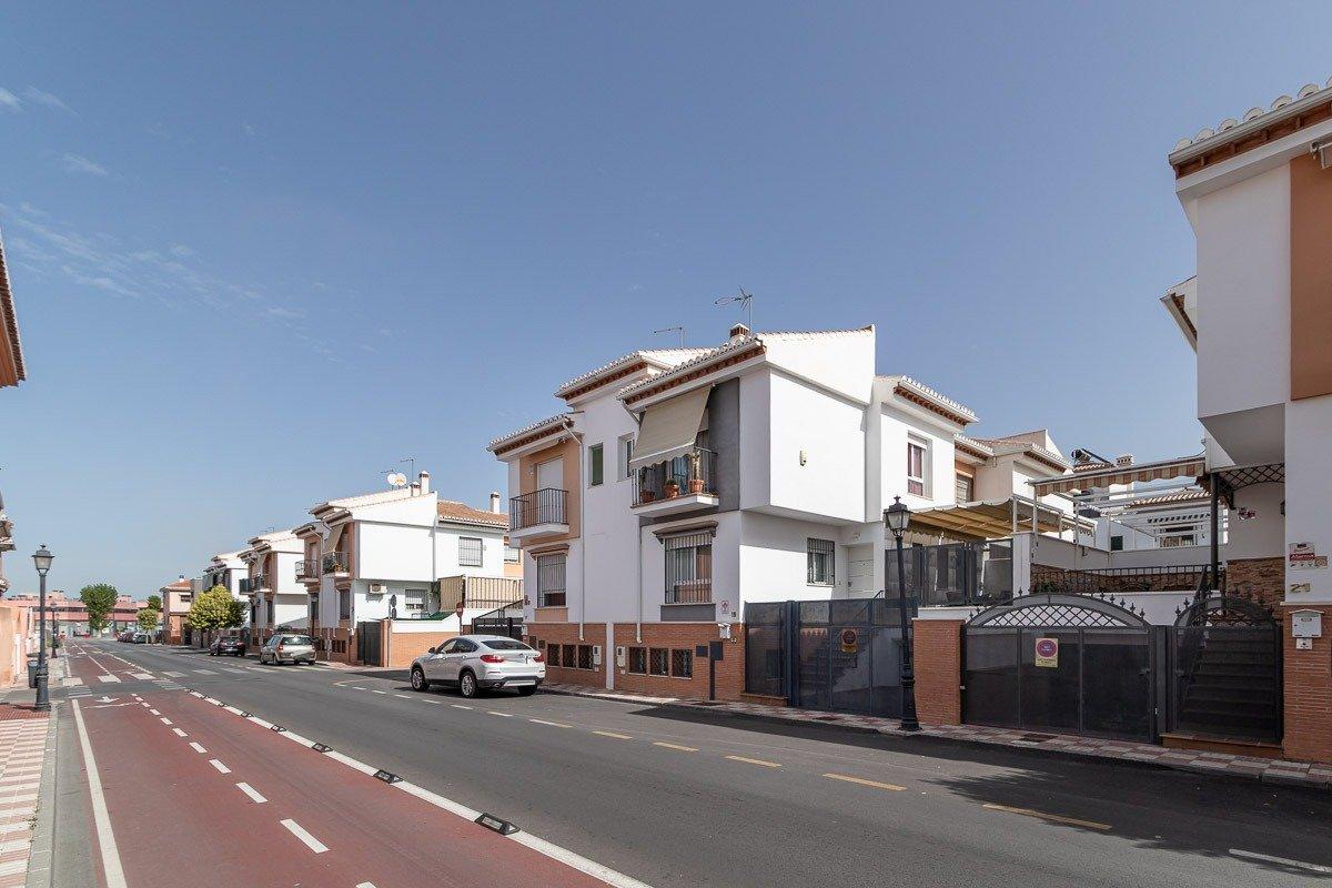 MAGNIFICO PAREADO en zona del C.C. NEVADA muy reformado., Granada