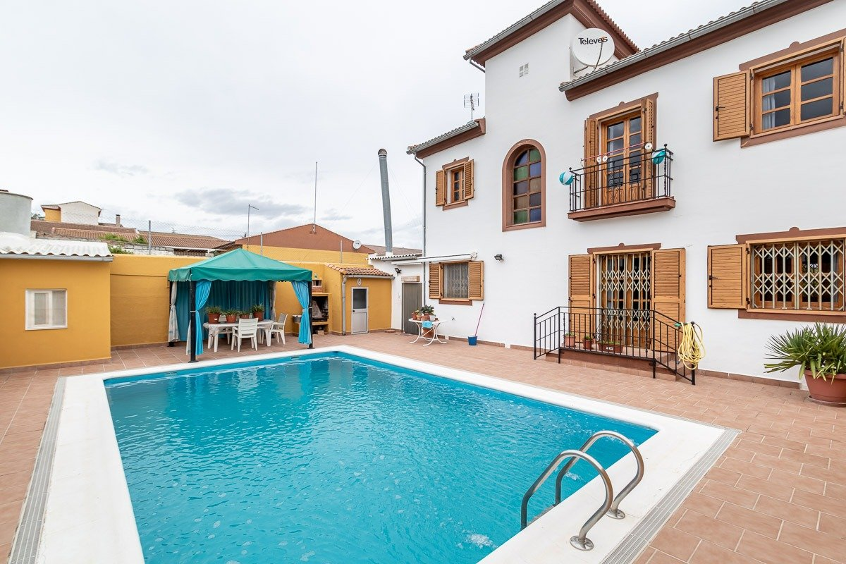 Casa con piscina en peñuelas