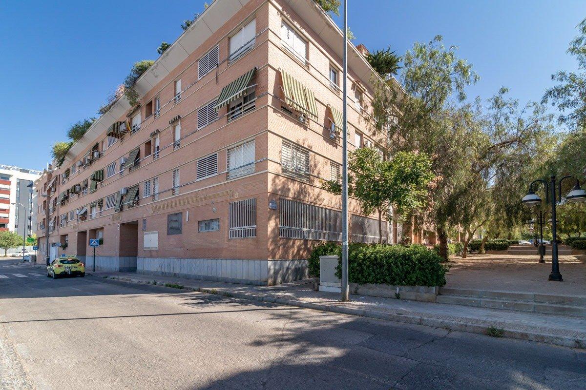 Local exterior en entreplanta con varias posibilidades., Granada