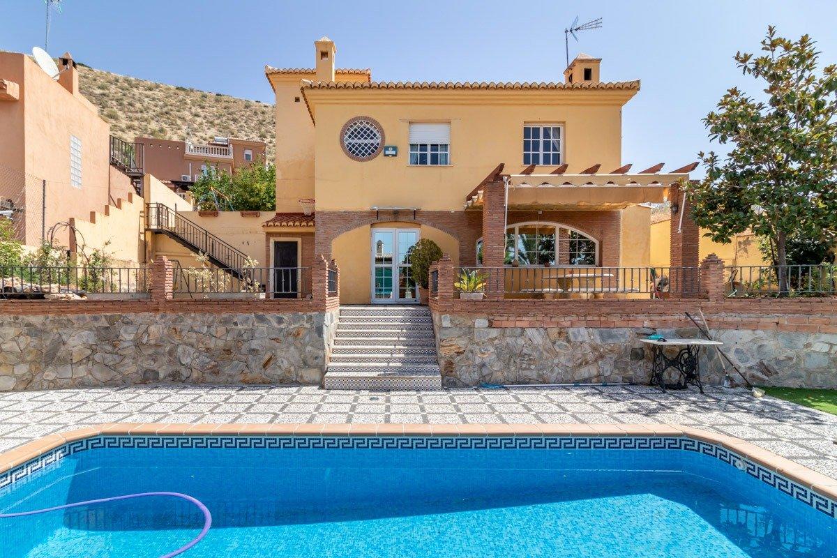 Chalet independiente con piscina y todo lo que necesitas en Cenes de la Vega, a 5 min de Granada, Granada