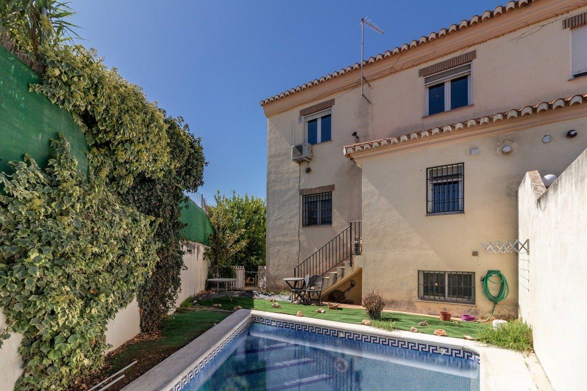 Espectacular casa pareada con piscina – Cúllar Vega