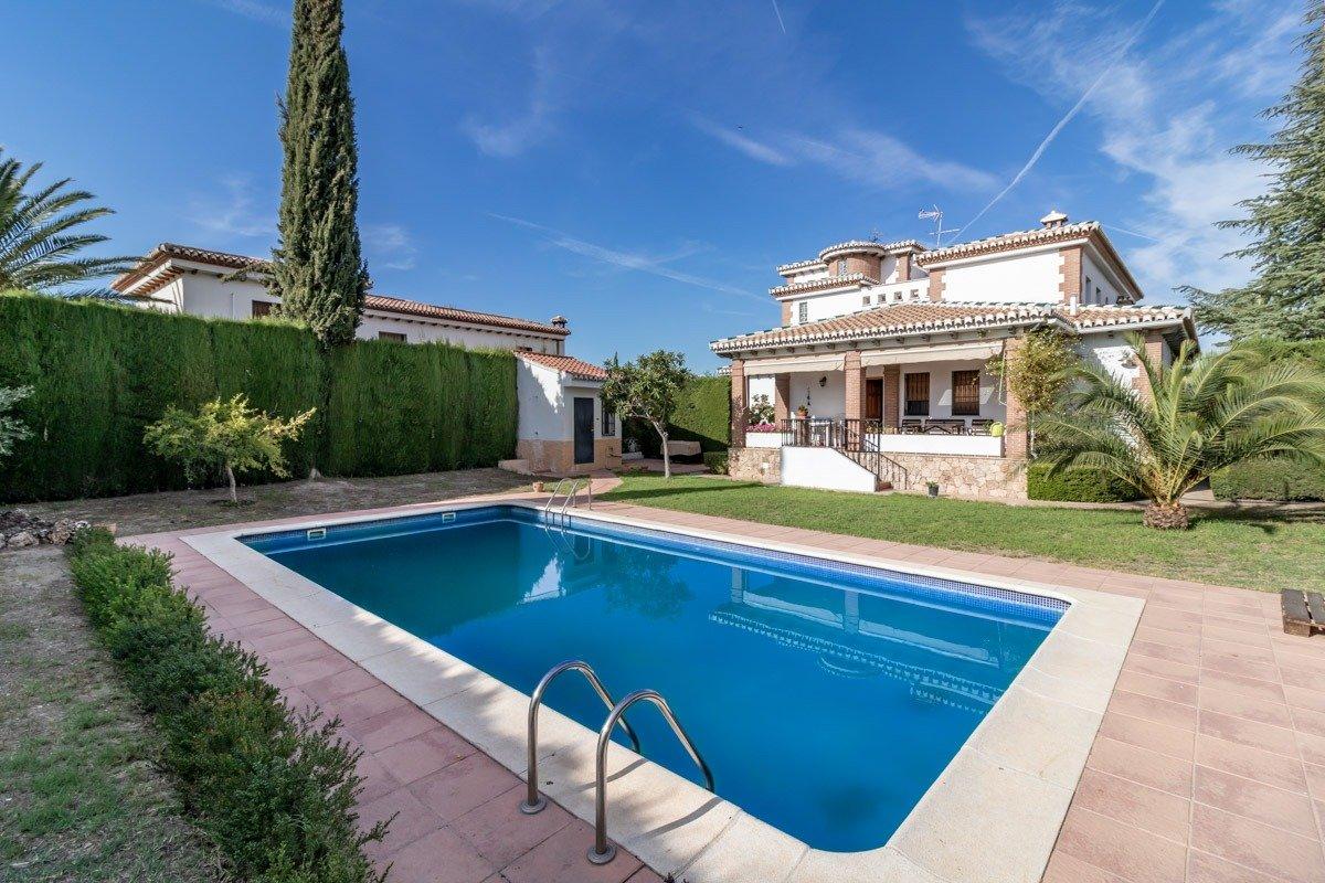 """MAGNÍFICO CHALÉ independiente con piscina en """"Urbanización Los Chopos"""" de LAS GABIAS, Granada"""