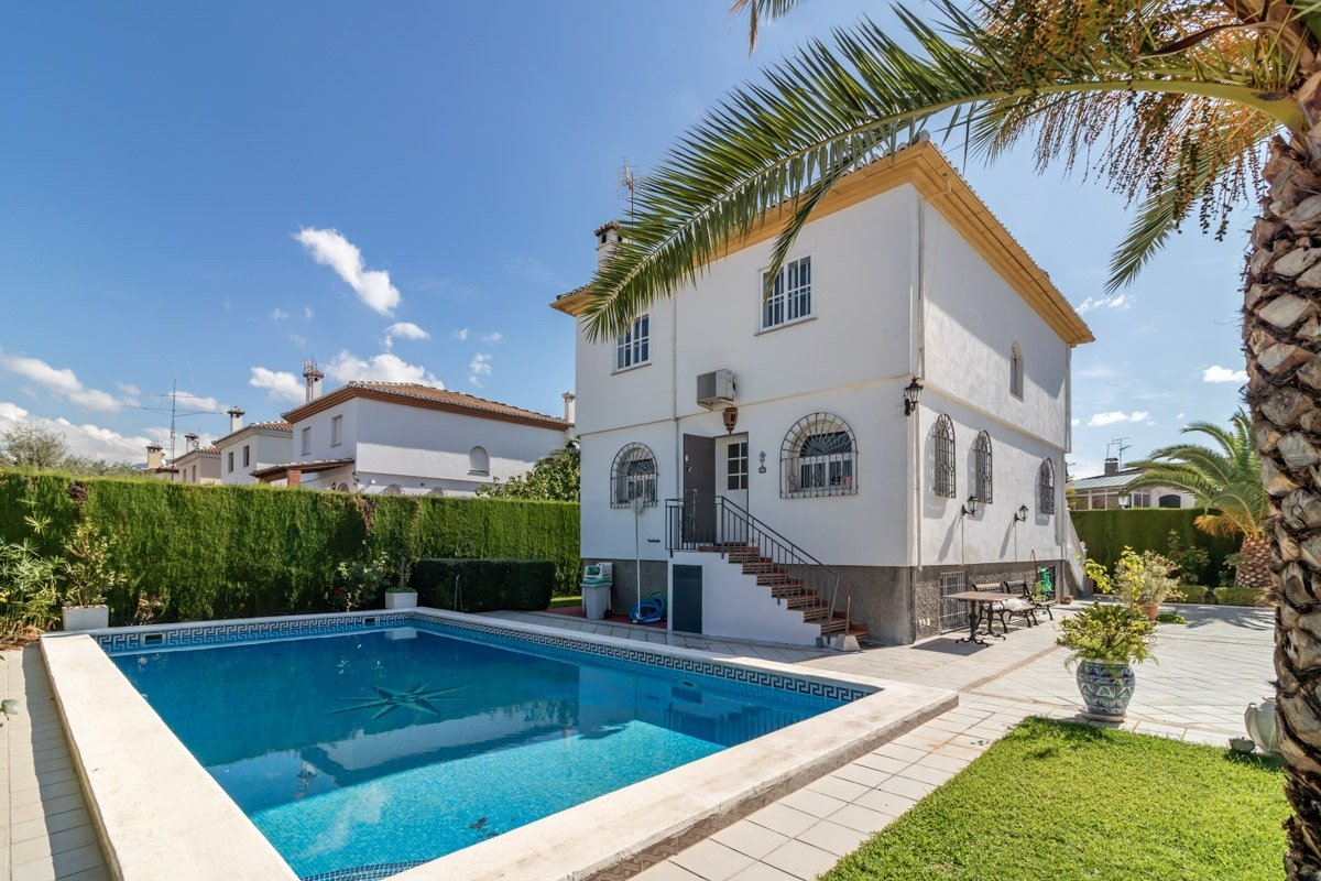 CHALÉ independiente con piscina en GÓJAR, Granada