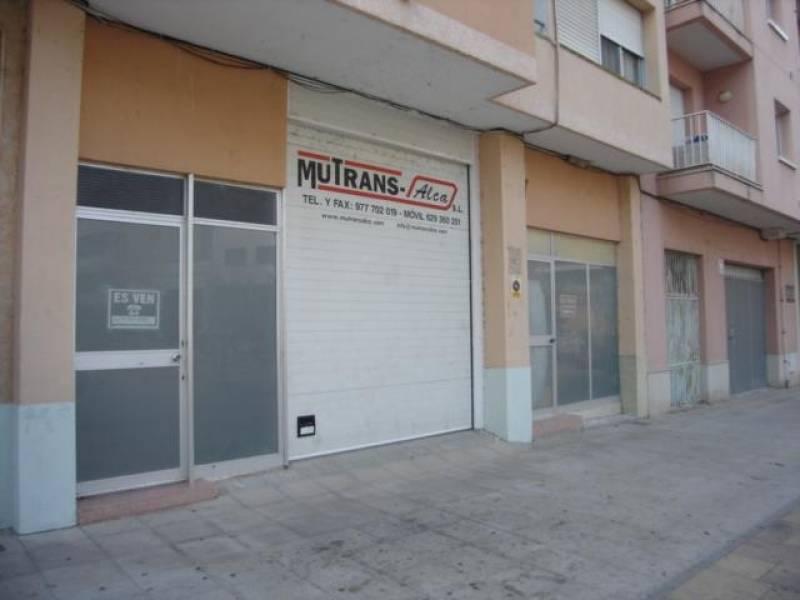 Local / Almacén. 90 m2.  Muchas posibilidades. Puerta motorizada.~ ~ *El precio no incluye los impuestos ni los gastos derivados de la compraventa.