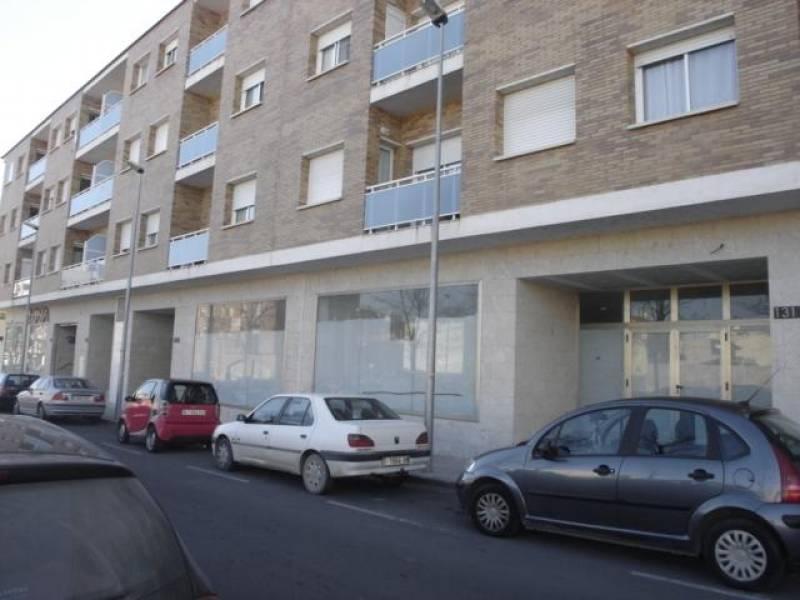 Gran local comercial actualmente alquilado. Situado en l'Av. Josep Tarradellas. Mucha fachada/escaparate. RENDA ANUAL INICIAL: 9.600 € [4,90 %].~