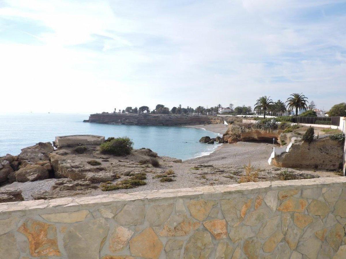 El placer de vivir frente al mar en una zona que nos proporciona tranquilidad y paz en la población de Vinaroz en plena Costa Dorada, lugar ideal para disfrutar del mar todo el año. Un apartamento situado en un edifico con zona comunitaria ajardinada y piscina. En perfectas condiciones, muy luminoso y soleado.