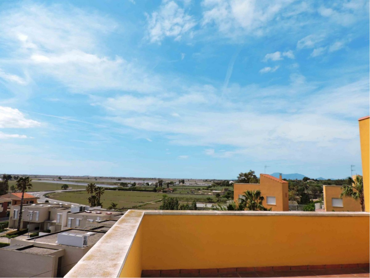 OPORTUNIDAD: INMUEBLE BANCARIO EN CAMPAÑA POR DEBAJO DE PRECIO DE MERCADO. Chalet excelentemente ubicado en una zona muy tranquila y despejada de L' Ampolla, a pocos metros de la playa, para disfrutar del Mediterráneo. Gran terraza que rodea casi todo el inmueble y nos da vistas directas al mar de forma muy despejada. En la planta baja encontramos la cocina, un baño y el gran comedor que conecta directamente con dos lados de la casa y el jardín privado. La primera planta está dividida en 1 baño y 3 dormitorios, uno de ellos dispone de balcón. La planta superior consta de buhardilla y terraza-solárium. La casa tiene un diseño moderno e innovador con luz todo el día. Así mismo dispone de una piscina comunitaria, sitio suficiente para aparcar el coche y un jardín privado con un porche de madera en el que realizar actividades de ocio. Una forma de vivir con calidad de vida y equilibrio natural. APROVECHE LA OCASIÓN, PÍDANOS VISITARLA Y HAGA SU PROPUESTA DE COMPRA.