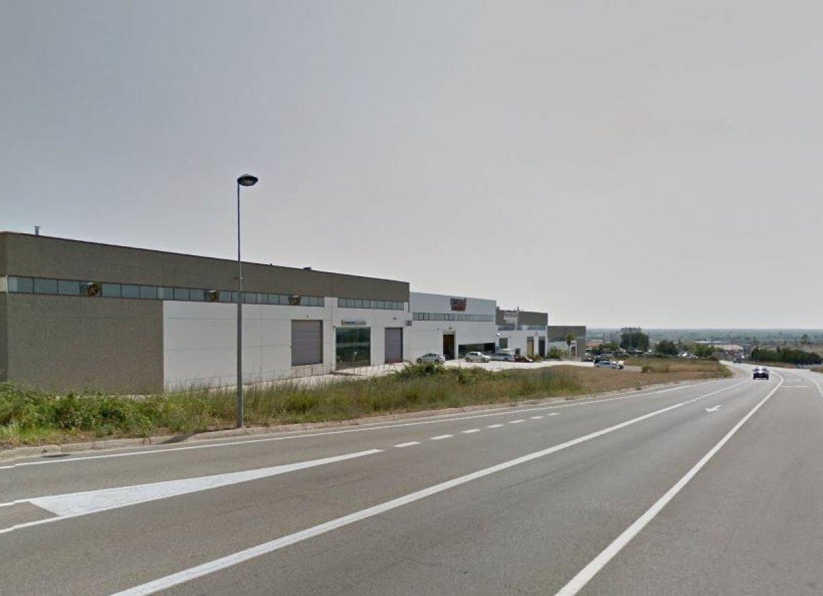 Nave industrial al polígono Tosses de Amposta. Dispone de altillo y  está distribuida en oficinas en planta primera y zona industrial en planta baja. Se accede rápidamente a carreteras y principales vías de comunicación.