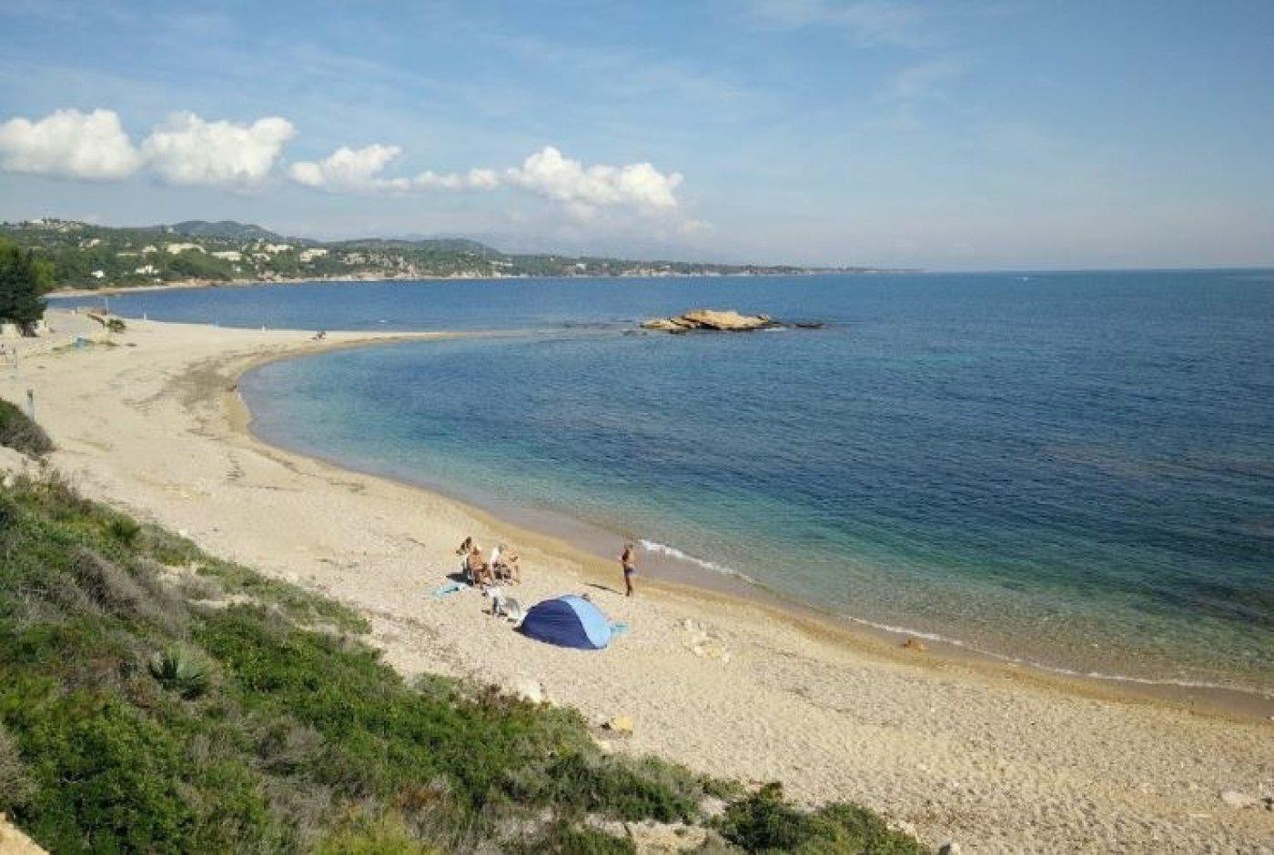 Apartamento en el Perelló Playa. Al lado de las playas de Cap Roig en L'Ampolla. Para entrar y disfrutar cerca del mar. Magníficas vistas al mar y a las playas de El Perelló y L'Ampolla. Ubicación privilegiada en el entorno del Parque Natural del Delta del Ebro y junto a los puertos de Tortosa-Beseit. Ideal para los amantes de las actividades marinas, fluviales y de montaña (pesca, kayak, submarinismo, senderismo y muchas actividades más). Tiene una superficie de 55 m2, terraza de 6 m2 con vistas al jardín, piscina y solarium comunitarios. Dispone de plaza de parking y dos ascensores.~ ~ *El precio no incluye los impuestos ni los gastos derivados de la compraventa.