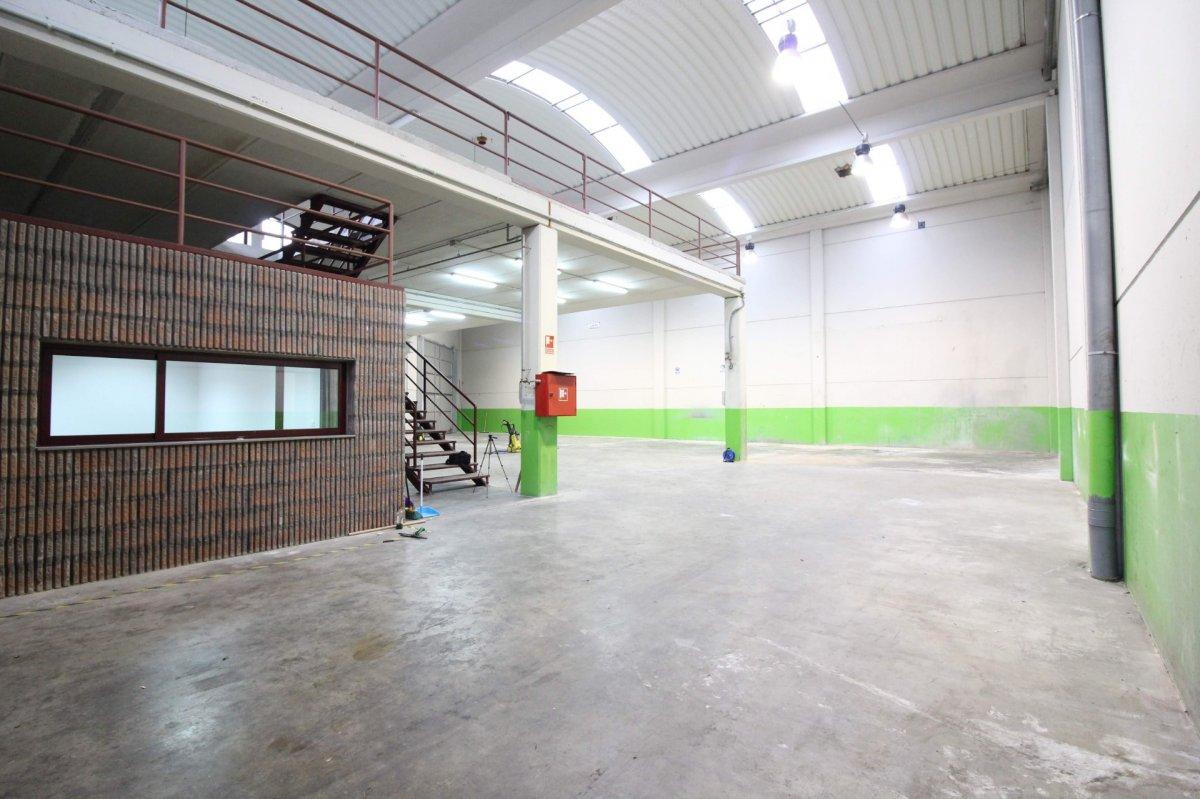 Nave industrial en alquiler en El Astillero  de 1 Baño y 585 m2 por 1.350€/mes.