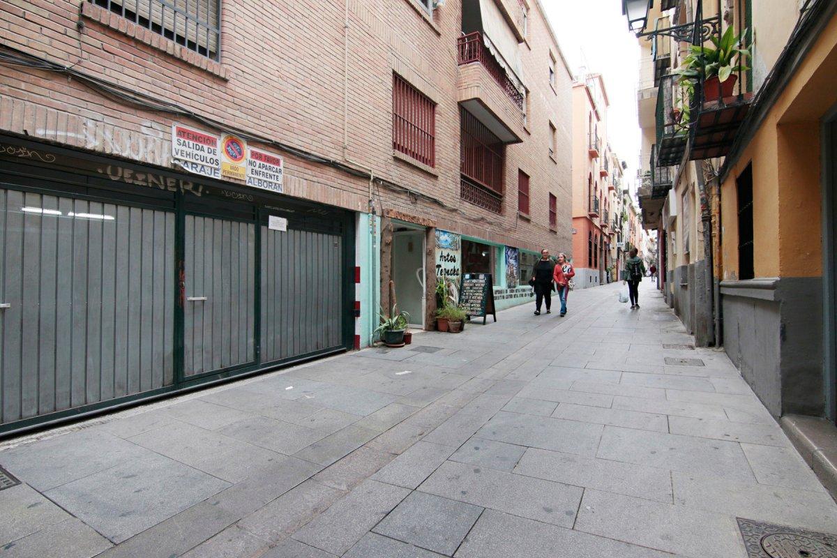 Cochera en Calle Cruz, zona Recogidas-Plaza de Gracia para coche pequeño o 2 motos, Granada