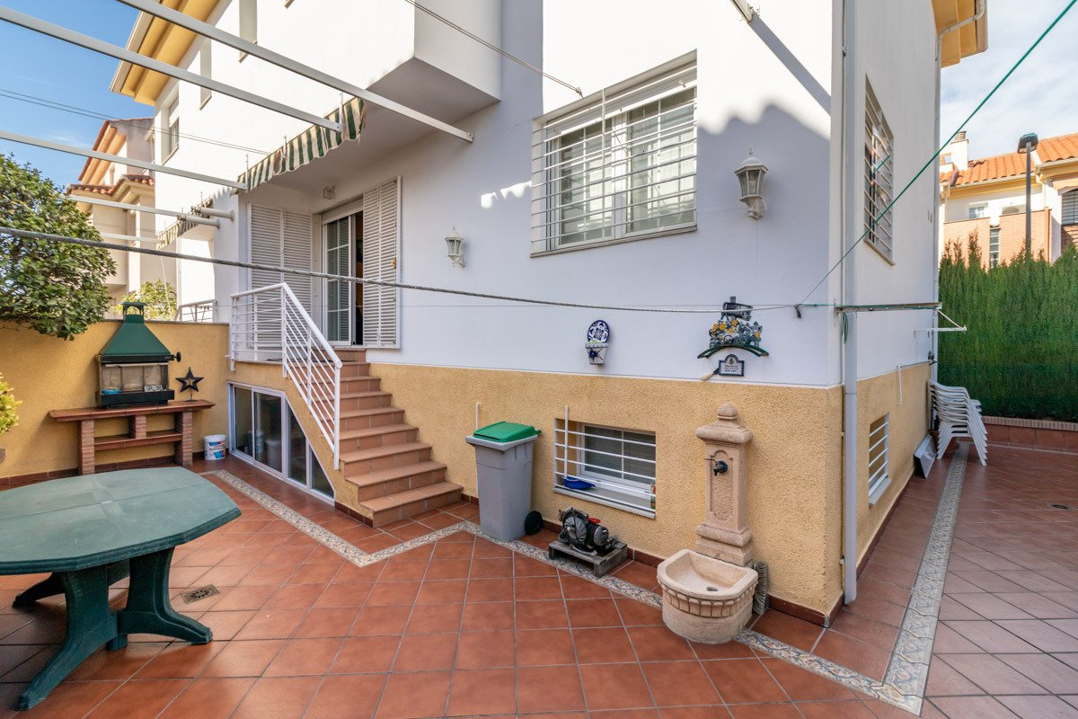 Atención!!!!!, te presentamos esta casa pareada en Armilla, frente al Centro Comercial Nevada, Granada
