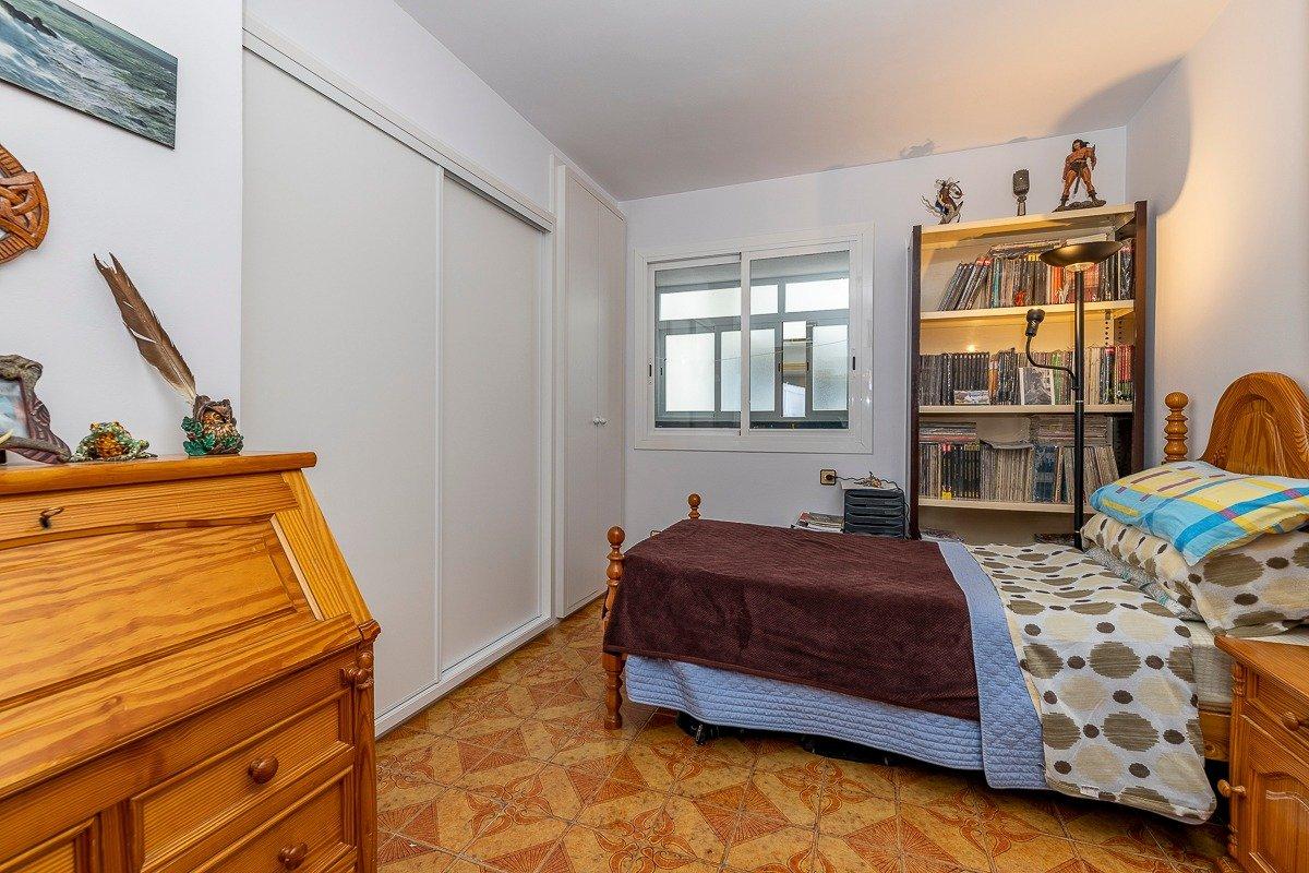 Amplio piso de 3 dormitorios, un baÑo, un aseo y terraza. finca con ascensor - imagenInmueble10