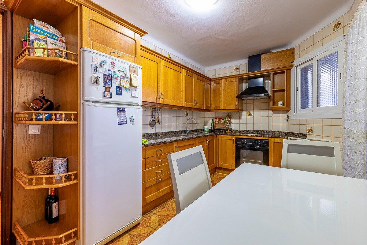 Amplio piso de 3 dormitorios, un baÑo, un aseo y terraza. finca con ascensor - imagenInmueble16