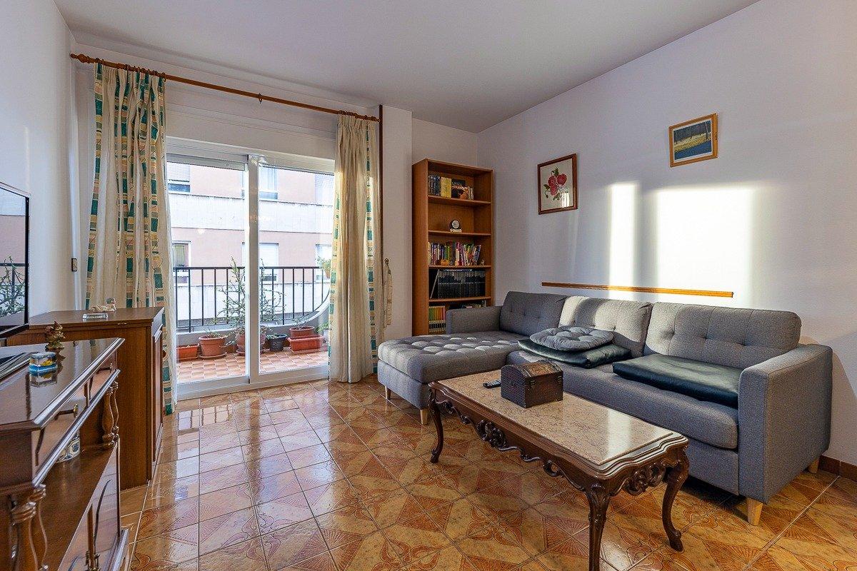 Amplio piso de 3 dormitorios, un baÑo, un aseo y terraza. finca con ascensor - imagenInmueble1