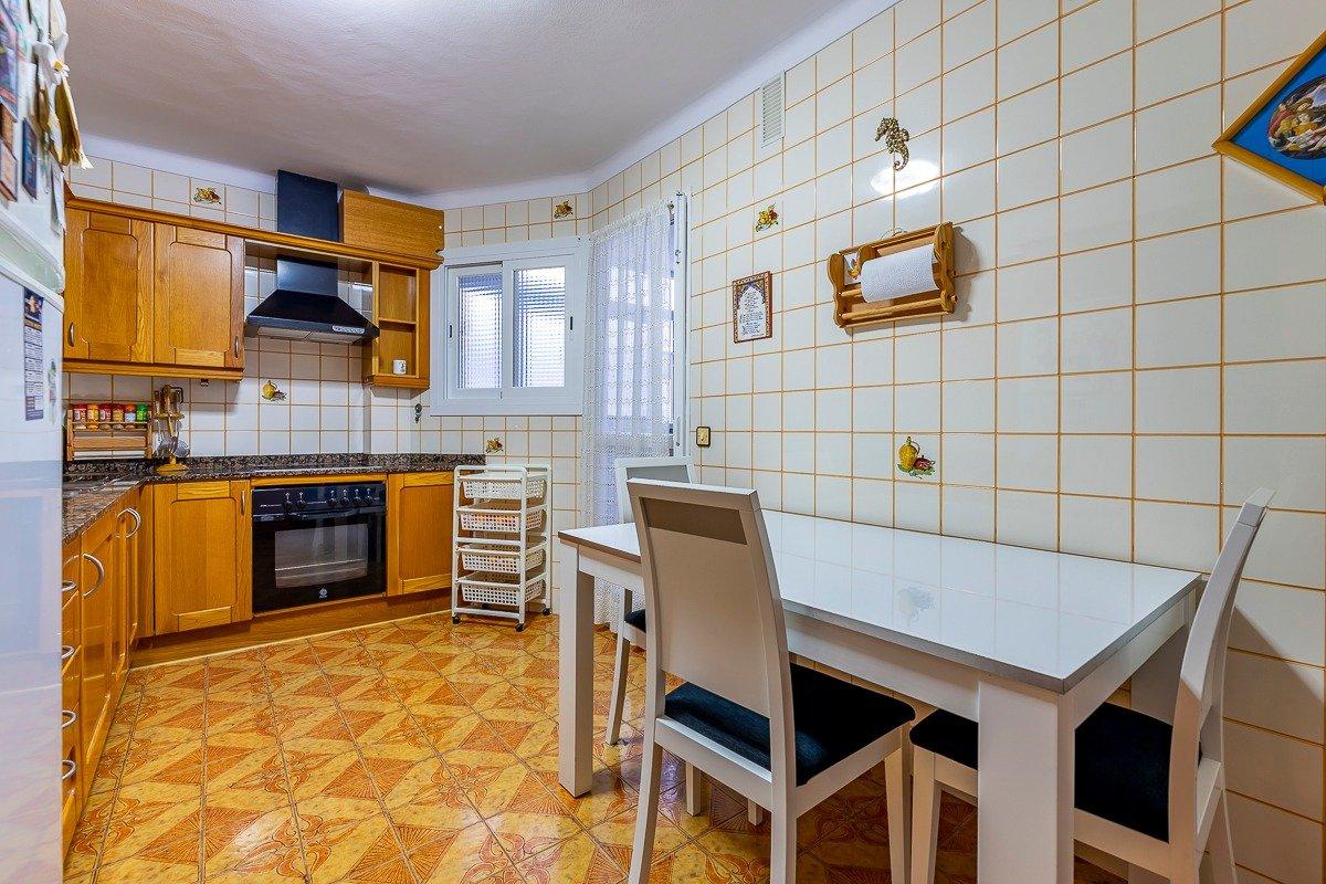Amplio piso de 3 dormitorios, un baÑo, un aseo y terraza. finca con ascensor - imagenInmueble5