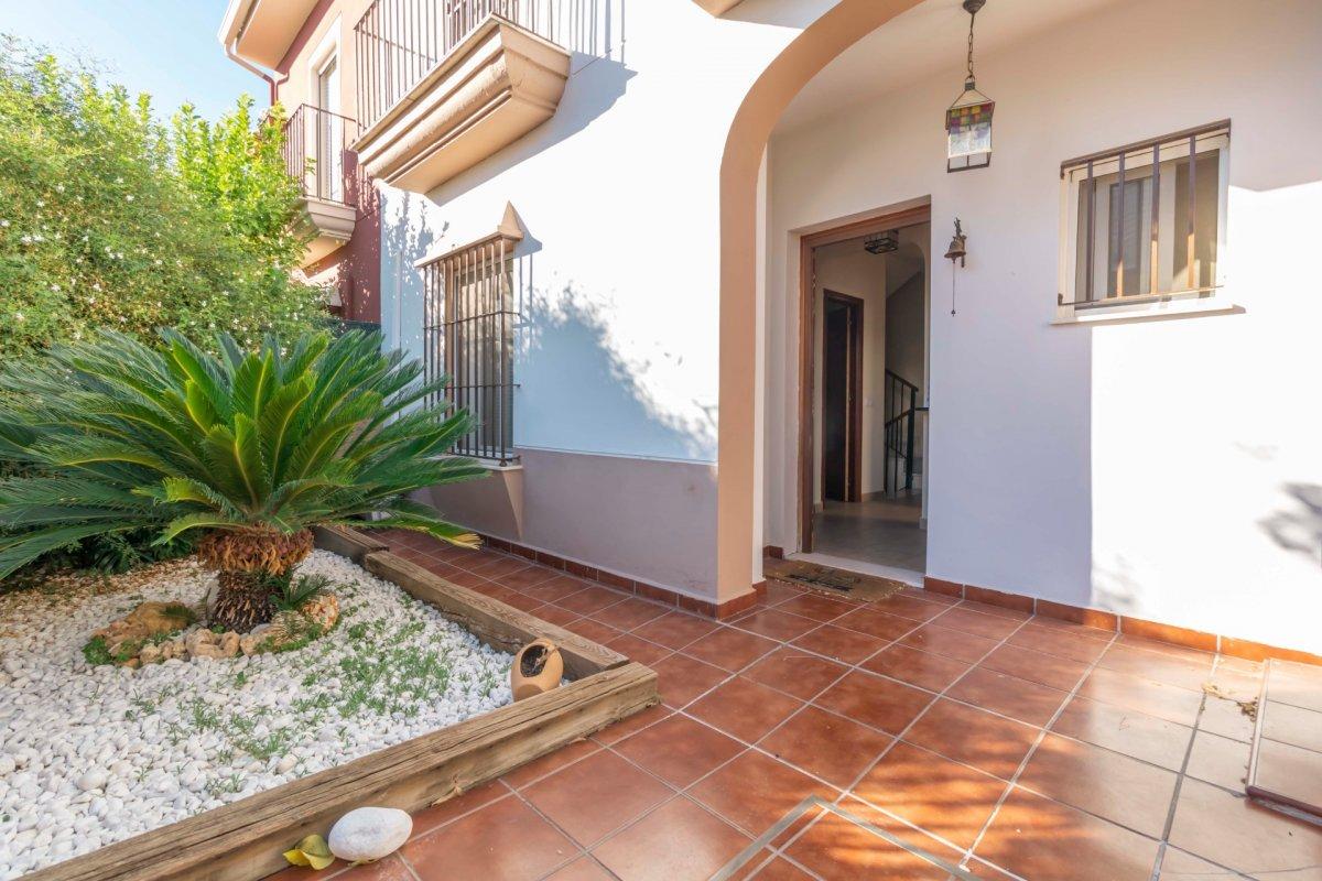 Casa adosada en urbanizaciÓn privada a la venta en valencina de la concepciÓn - imagenInmueble0