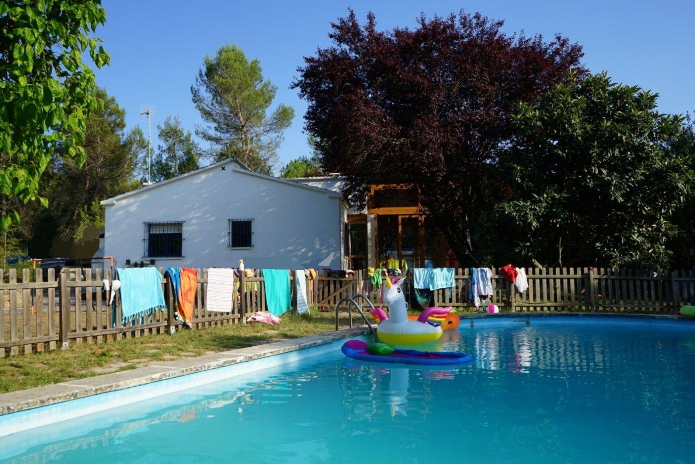 casa a la venta en plena naturaleza con piscina y barbacoa en sant salvador de guardiola