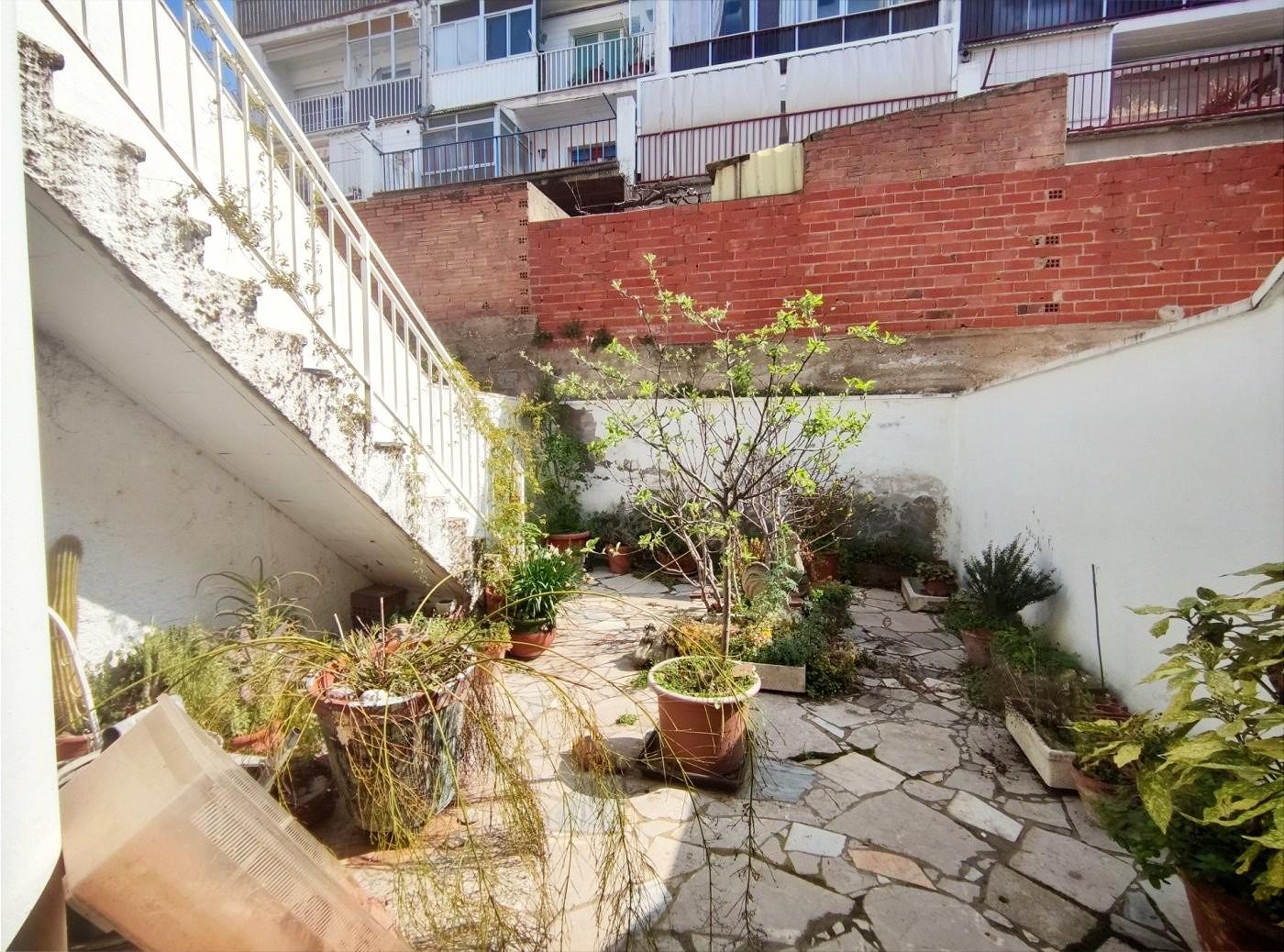 casa en venta de cinco habitaciones con patio y garaje en sant vicenÇ de castellet.