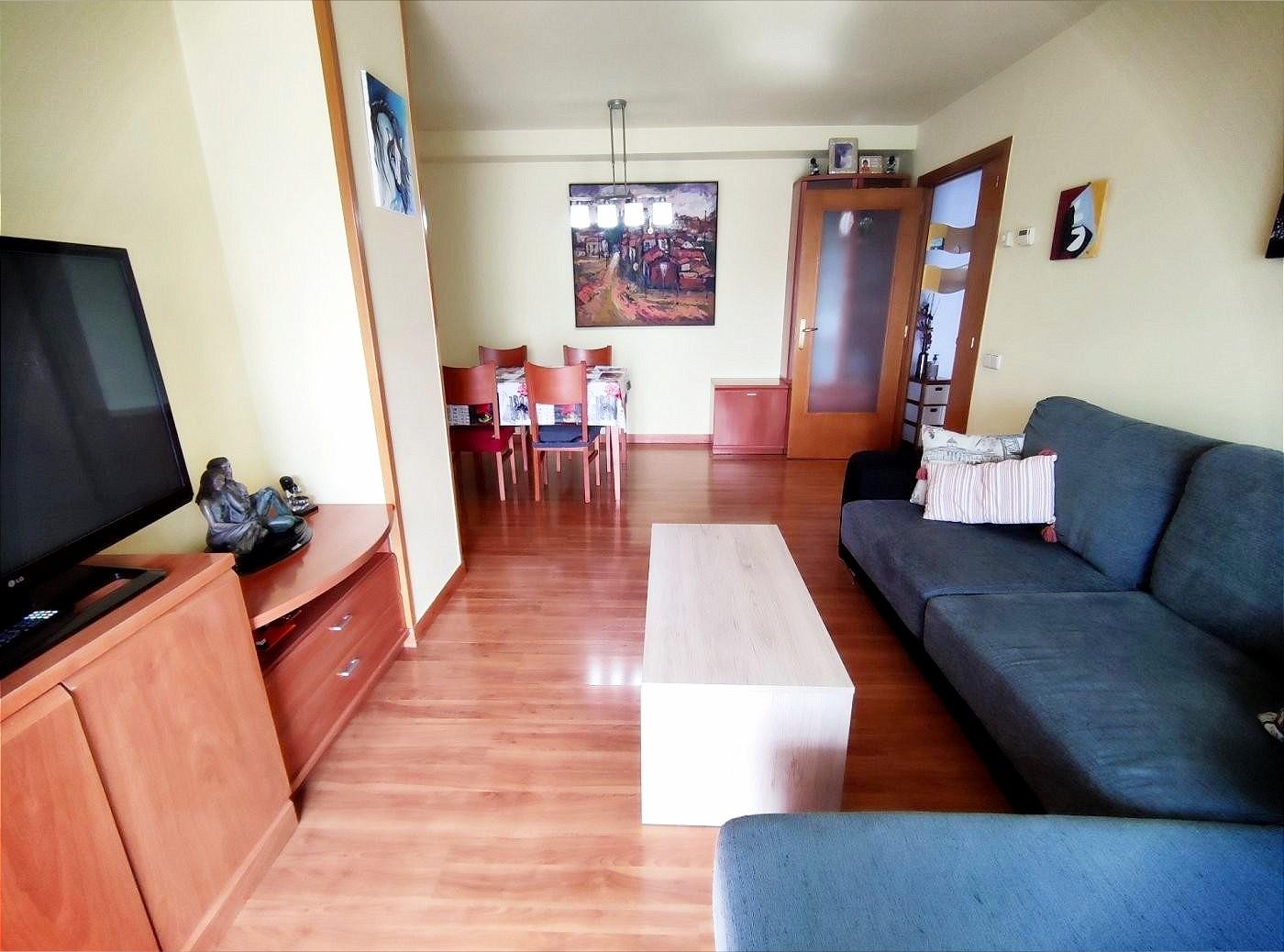 piso seminuevo de tres habitaciones con parking en venta en zona francesc moragues de