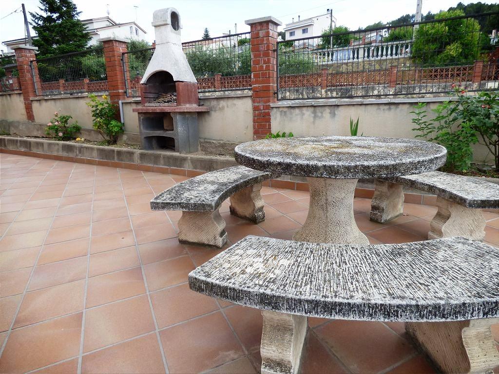 casa esquinera con garaje, jardin y zona comunitaria con piscina en venta